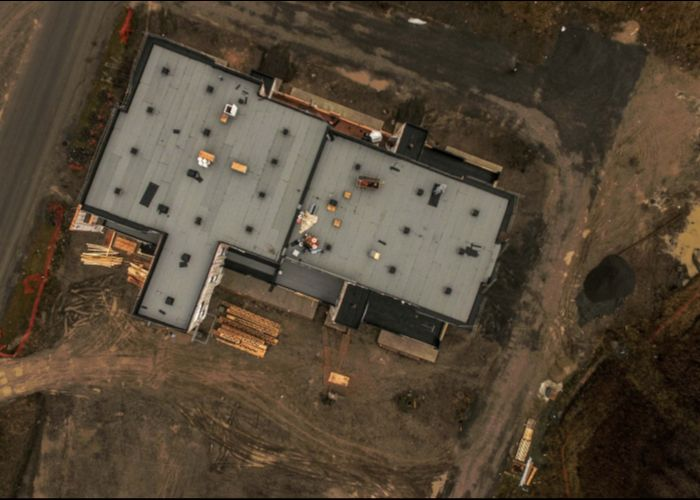 Le toit est maintenant complété. Nous débutons les travaux intérieurs. Les premières livraisons sont toujours prévues pour mai ...